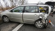 Nehoda na dálnici D35 u Nákla skončila srážkou tří aut a zraněním řidičky jednoho z nich