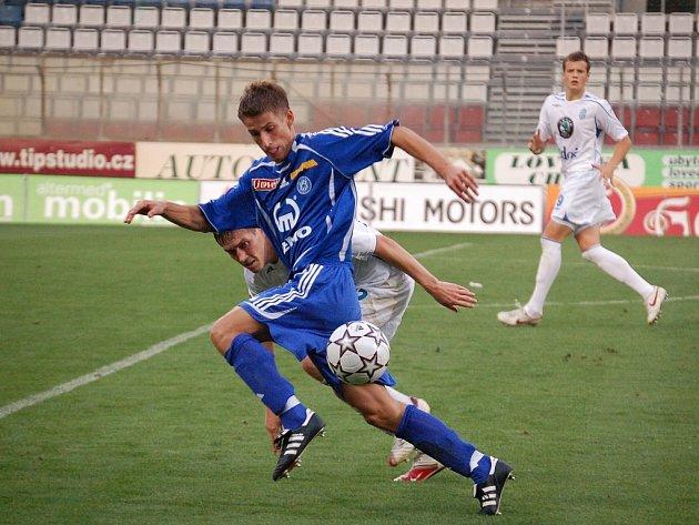 Tomáš Kazár bojuje o míč.