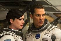 Anne Hathaway a Matthew McConaughey ve filmu Interstellar