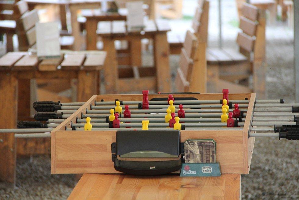 Návštěvníci kempu si mohou zahrát stolní fotbal.