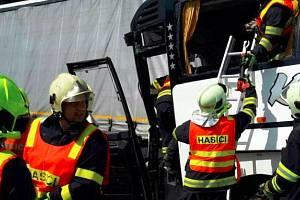 Nehoda autobusu plného dětí s kamionem na D35 u Litovle