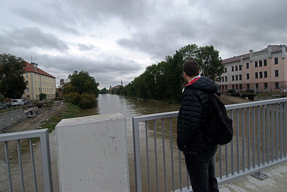 Řeka Morava na 2. SPA v Olomouci z mostu v Komenského ulici.  16. října 2020