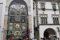 Podoba olomouckého orloje z konce 19. století v původní velikosti (portrét císařovny byl za první republiky nahrazen alegoríí Moravy) - replika dělala kulisu k oslavám 90. výročí vzniku Československa v roce 2008