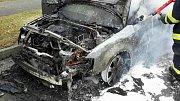 Hasiči zasahují při požáru audi ve Foerstrově ulici v Olomouci