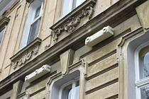 Majitelé domu v olomoucké Resslově ulici s pmocí ornitologů upevnili na fasádů náhradní budky pro rosýse místo hnízdišť, o která přišli při opravě domu.