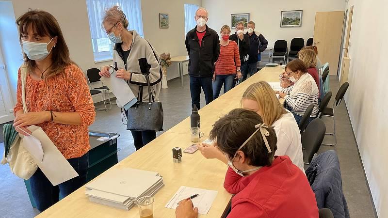 V Samotiškách stáli voliči frontu na urnu, 8. října 2021