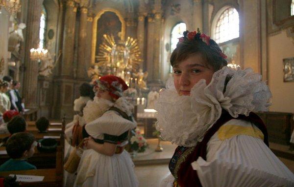 VSamotiškách slavili hody tradičním krojovaným průvodem ke svatokopecké bazilice.