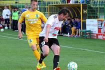 Fotbalisté Holice (v bílo-černém) porazili Sokolov 1:0. David Kobylík.
