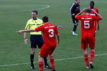 Fotbalisté HFK Olomouc (v černém) remizovali s Líšní 1:1.