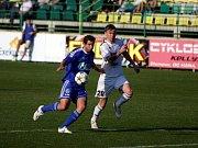 Fotbalisté Holice (v bílém) proti Prostějovu - Marek Heinz (vpravo)