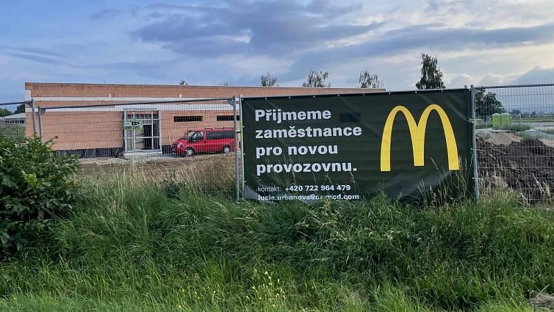 Nová provozovna McDonald's vyrůstá u dálnice D35 u Litovle-Unčovic, 24. srpna 2021