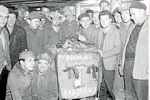 Poslední vytěžený vůz železné rudy v roce 1964 před uzavření dolu Barbora.