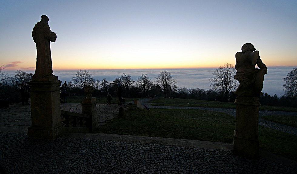 Mlha nad Olomoucí, pohled za Sv. Kopečka, 31. prosince 2020
