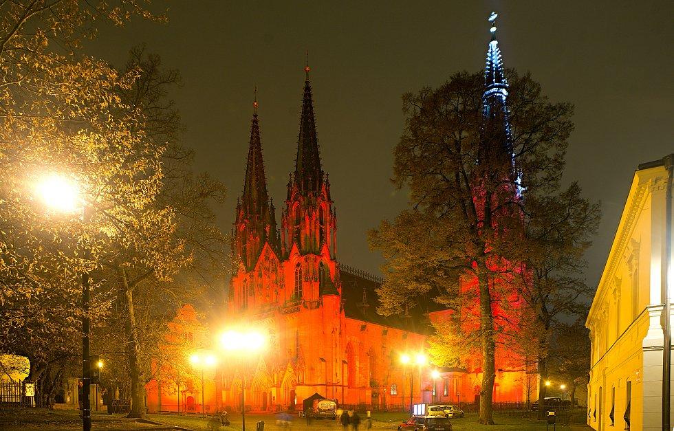 Olomoucká katedrála sv. Václava se rozzářila červeným světlem na připomínku lidí trpících pro víru. 25. listopadu 2020