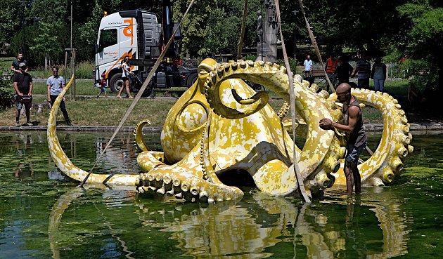 Chobotnice Viktora Paluše na hladině jezírka ve Smetanových sadech v rámci festivalu Sculpture Line.