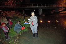Sokolové v Olomouci pouštěli lodičky po řece Bystřici