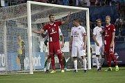 Olomoučtí fotbalisté (v červeném) remizovali se Slováckem 0:0Tomáš Chorý (č.15) a Veliče Šumulikoski (č.5)