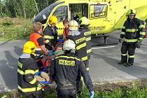 Nedaleko Dolan-Pohořan spadl na muže strom. Pomáhali hasiči, záchranáři i kolegové zraněného.