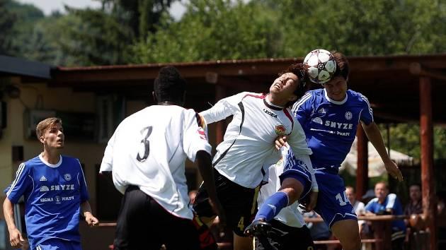 Fotbalisté Sigmy (v modrém) porazili mezinárodní výběr IFA 2:1.