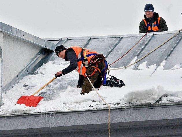Odstraňování sněhu ze střechy