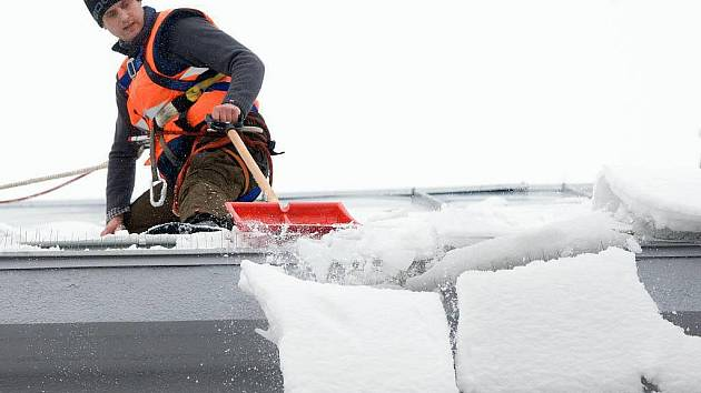 Preventivní odstraňování sněhu ze střechy. Ilustrační foto