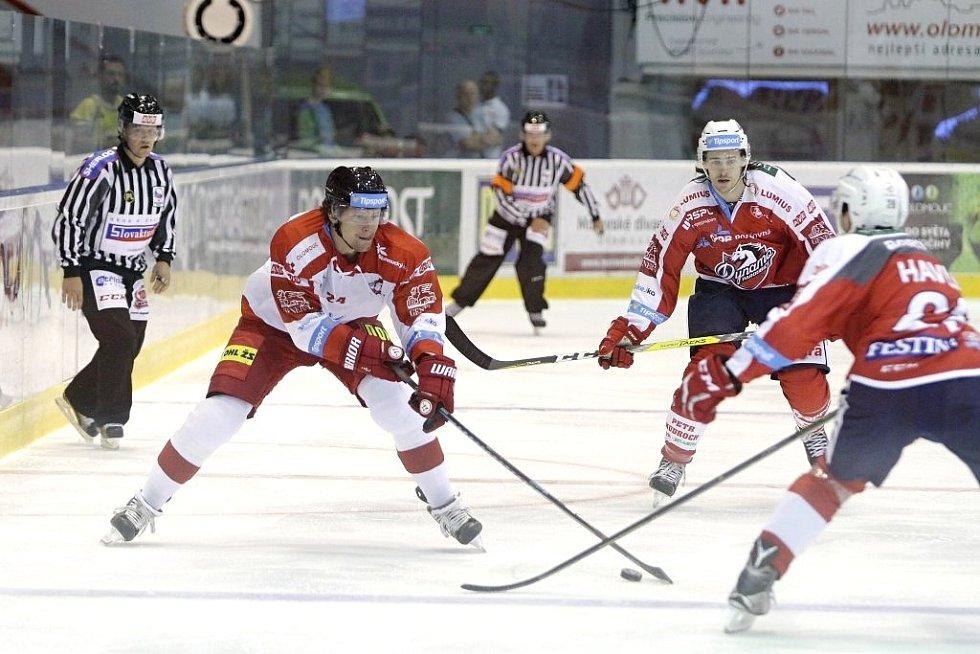 Olomoučtí hokejisté (v bílém) porazili na svém ledě Pardubice 2:1. U puku Vilém Burian.