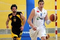 Olomoučtí basketbalisté (v bílém) proti Jihlavě