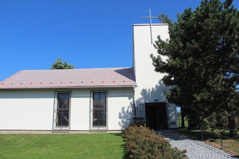 Bukovany. Kostel svatého Antonína Paduánského z roku 1992 si místní sami postavili.