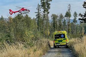 Záchranka musela využít palubní jeřáb, aby se v nepřístupném terénu u Hluboček dostala ke zraněnému muži.