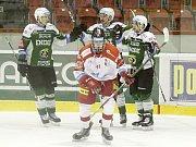 Olomoučtí hokejisté (v bílém)  v prvním zápase play-out prohráli s Karlovými Vary 2:6
