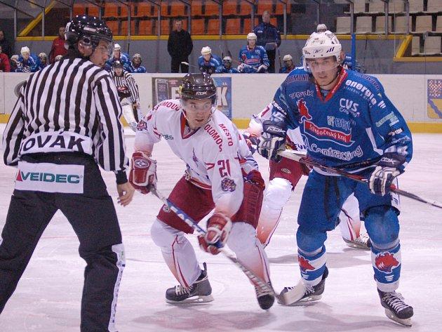 Útočník HC Olomouc Jiří Řípa po vhazování.