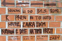 Výhružný nápis na dětském hřišti v Parku Malého prince v Olomouci