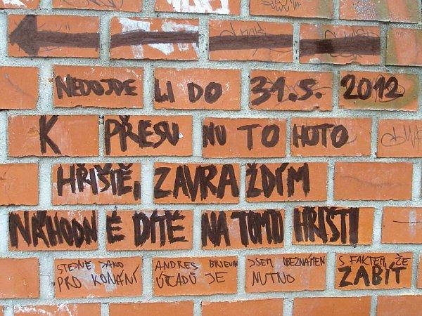 Výhružný nápis na dětském hřišti vParku Malého prince vOlomouci