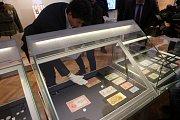 Za přísných bezpečnostních opatření se na výstavu do olomouckého Vlastivědného muzea vrátila vzácná československá pětitisícovka, která z něj byla před 10 lety ukradena