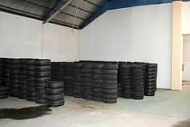 Část nalezených pneumatik, které ukradli i s kamionem z areálu firmy v Olomouci