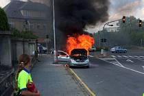 K požáru osobního auta v olomoucké městské části Hejčín, nedaleko restaurace U Anči, vyjížděli v pondělí po 15 hodině hasiči. Auto ve kterém seděl otec se synem se vznítilo během jízdy, nikdo nebyl zraněn.