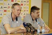 Václav Jílek, trenér (vlevo) a Ladislav Minář, sportovní manažer. Fotbalový klub Sigma Olomouc představil nového sponzora a hodnotil situaci před jarní částí sezony