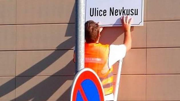 Estetické služby města Olomouce umísťují tabulky s názvem Ulice Nevkusu na budovu Namiro