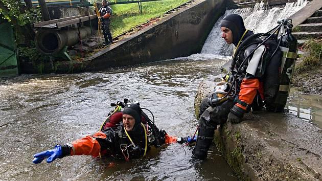 Potápěči pátrají na místě něštěstí u jezu na Mlýnském potoku v Olomouci - Řepčíně