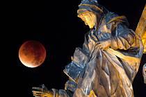 Krvavý měsíc nad Sloupem Nejsvětější Trojice na Horním náměstí v Olomouci