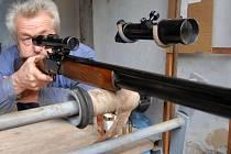 Lovecké zbraně přitahují zájem kupujících.