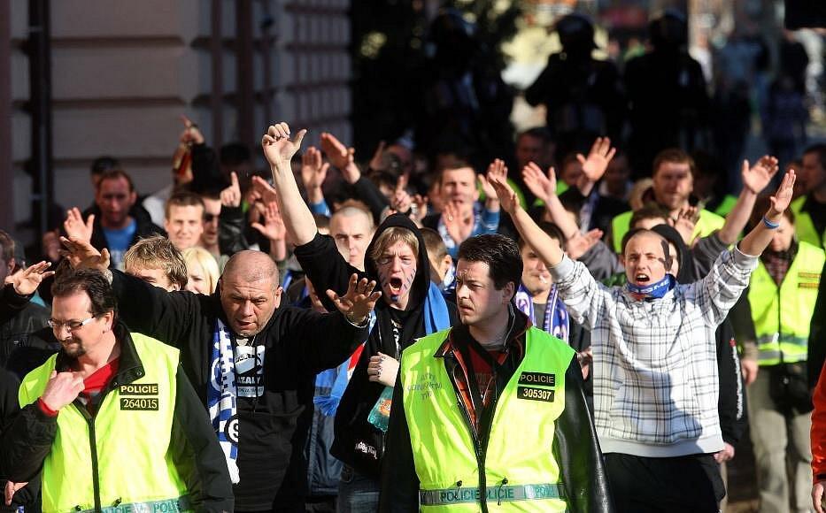 Fanoušci Baníku s policejním doprovodem v ulicích Olomouce