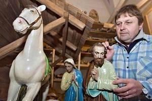 Aleš Jemelka opravuje figurky betlému pro kostel sv. Michala