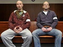 Lukáš Kluka (vlevo) a Stanislav Krůžela (vpravo) u Vrchního soudu v Olomouci