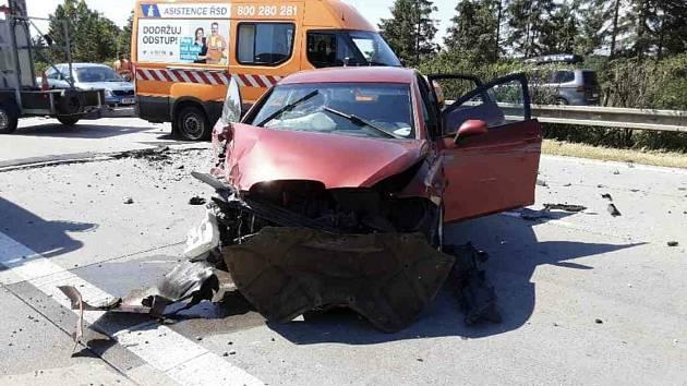 Na D35 u obce Daskabát (289km) došlo k nehodě nákladního vozidla a čtyř osobních vozidel, deset osob utrpělo lehčí zranění. Policie dopravu odklání na vedlejší silnici.