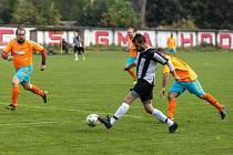 Fotbalisté Hodolan (v pruhovaném) porazili Novou Hradečnou 8:0.