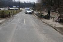 Nehodu při níž auto zranilo cyklistu teď řeší olomoučtí policisté a s prosbou o pomoc se obrací i na veřejnost. Nehoda se stala v pátek 30. března kolem půl dvanácté dopoledne na silnici III/44317 na Olomoucké ulici v Hlubočkách-Mariánském Údolí na Olomou
