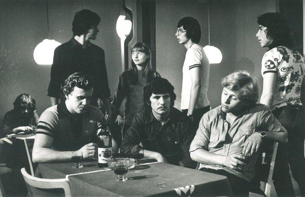 Z filmu Hon na kočku (rež. Milan Michna) z roku 1979. Oto Košta sedí uprostřed