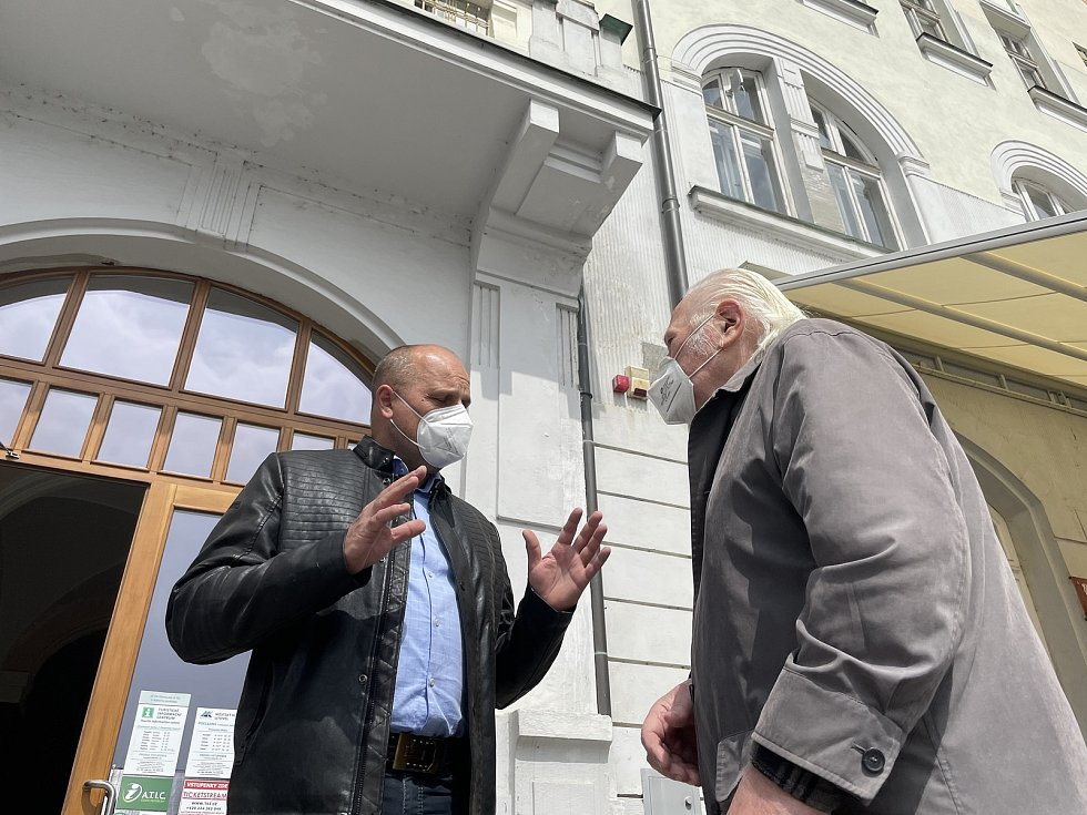 V Záložně vzniká Muzeum harmonik. Na snímku Jiří Sedláček s místostarostou města Lubomírem Brozou, 29. dubna 2021