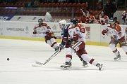 Olomoučtí hokejisté (v bílém) porazili Chomutov 1:0. Marek Laš (v bílém uprostřed).